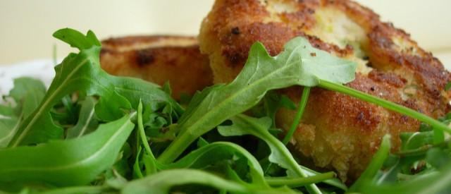 Fiskekaker og salat