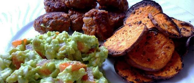 Tacokjøttboller med guacamole og ovnsstekte søtpotetskiver