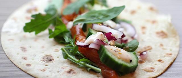 Nydelige laksewraps med mandler, hjemmelaget dressing og grønnsaker