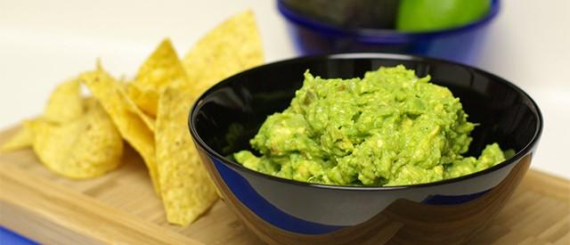 Sunn snacks: Grønnsaker med guacamole, salsa, tzatziki og aioli