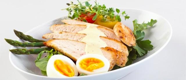 Cæsarsandwich med kylling og egg