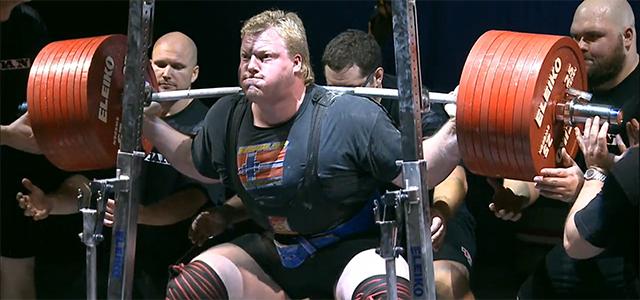 Carl Yngvar løfter her 475 kilo i knebøy, noe som er ny verdensrekord.
