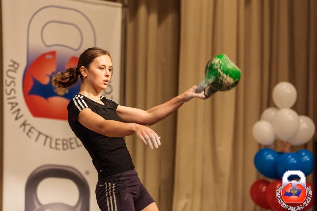 Utrolig, men sant! Russiske Kseniya Dedyukhina veier under 63 kg, men holder allikevel en imponerende verdensrekord i Snatch med 178 reps på 10 min med 24 kg kule og kun ett armbytte!
