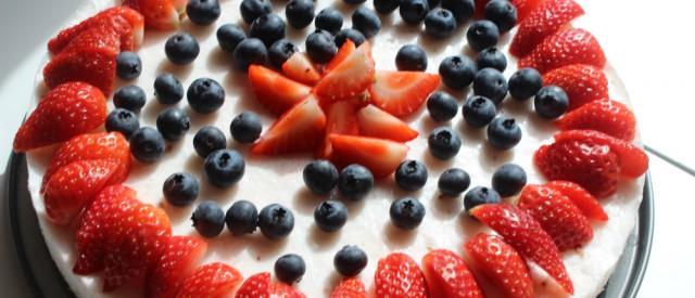 Sunn ostekake med sukkerfri gelé og bær til nasjonaldagen