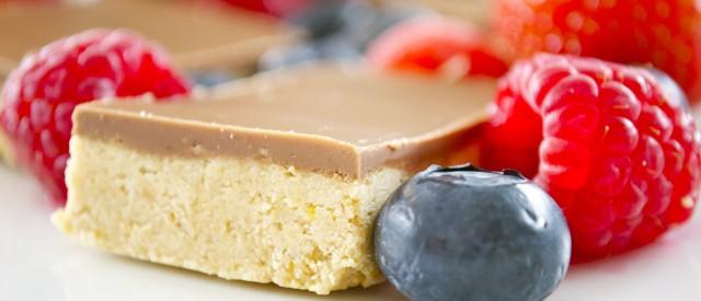 Hjemmelaget proteinbar med sjokolade og peanøttsmør