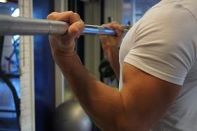 Biceps Curl med fleksjon i håndledd