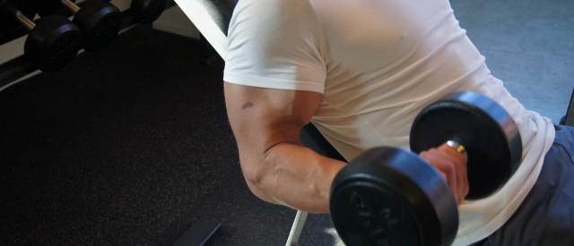 Med disse tipsene blir du kvitt smerter i underarmene ved biceps-curl