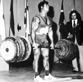70-s-Bodybuilder-powerlifter-Franco-Columbu-souleva-jusqu-a-340-kg